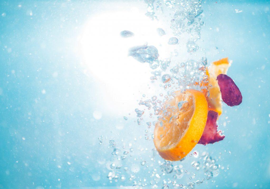 limón en rodajas sobre agua